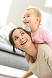 Babymeisje met haar moeder het lachen stock afbeeldingen