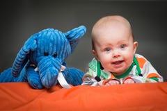 Babymeisje met haar vriend Royalty-vrije Stock Foto's