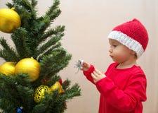 Babymeisje met Kerstmisbal Royalty-vrije Stock Foto's