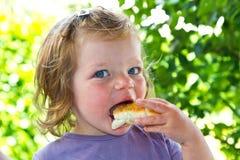 Babymeisje met pizza royalty-vrije stock afbeelding