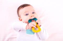 Babymeisje met rammelaar teether stuk speelgoed royalty-vrije stock afbeeldingen