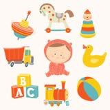 Babymeisje met speelgoed: bal, blokken, rubbereend, hobbelpaard, stuk speelgoed trein, piramide, tol, stuk speelgoed vrachtwagen Stock Foto