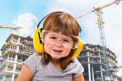 Babymeisje met werkend hulpmiddel stock foto