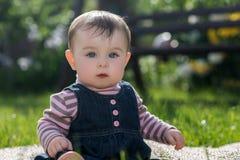 Babymeisje op aard in het park openlucht Stock Fotografie