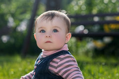 Babymeisje op aard in het park openlucht Stock Afbeeldingen