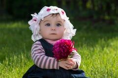 Babymeisje op aard in het park openlucht Stock Foto's