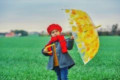 Babymeisje op een de lentegang op het gebied stock afbeeldingen