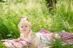 Babymeisje op het gras Royalty-vrije Stock Foto