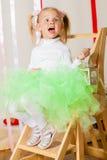 Babymeisje in weelderige kleurenrok stock afbeelding