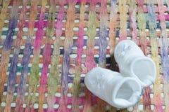 Babymitteilung mit weißen Schuhen Stockfotos