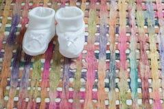 Babymitteilung mit weißen Schuhen Stockfoto