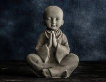 Babymonnik het bidden beeldje royalty-vrije stock afbeelding