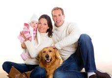 Babymutter und Vaterfamilie glücklich im Winter und im Hund Stockfotografie