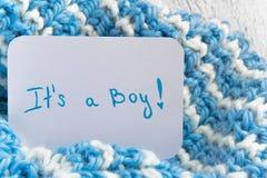 Babyparty ` es ` s ein Junge `, Mitteilungskarte auf gemütlicher woolen blauer Decke und Raum für Text Neuheit in der Familie lizenzfreies stockfoto