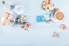Babyparty mit Plätzchen und Geschenken auf blauem Hintergrund Lizenzfreie Stockfotografie