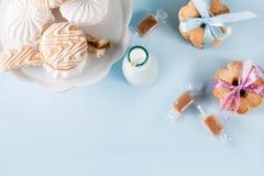 Babyparty mit Plätzchen und Geschenken, Draufsicht Stockbild