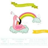 Babyparty oder Ankunfts-Karte - Baby-Flamingo-Mädchen, das auf einem Regenbogen schläft Stockfotografie