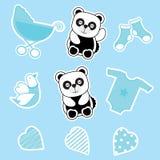 Babypartyaufkleber stellte mit Babypanda, Babywarenkorb und Babykleidung ein Stockfotos