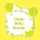 Babypartykarte mit nettem Heißluftballon, Babywarenkorb und Vogelrahmen auf gelbem Hintergrund Lizenzfreie Stockbilder