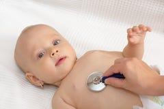 Babypatient überprüft mit dem Stethoskop, lokalisiert Lizenzfreie Stockfotos