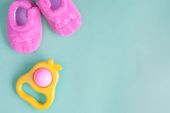 Babyrammelaar en buiten op groene achtergrond Stock Foto's