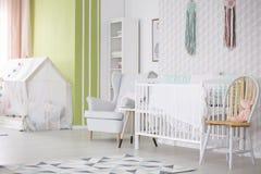 Babyraum mit Stuhl, Lehnsessel und Krippe lizenzfreie stockfotografie