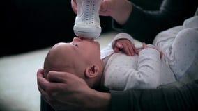 Babysäuglingsessenmilch von der Flasche stock video footage