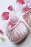 babys缎鞋子 图库摄影