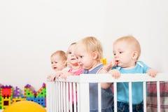 Babys in de voederbak royalty-vrije stock fotografie