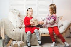 Babys der magischen Geschenkbox und eines Kindes, Weihnachtswunder, kleines schönes glückliches lächelndes Mädchen öffnet einen K lizenzfreie stockbilder