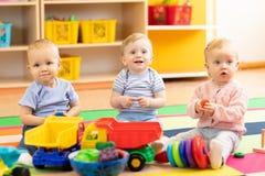 Babys, die zusammen im Kindergarten spielen stockfotos