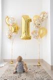 Babys ` erster Geburtstag ein Jähriges mit Ballonen Stockfoto