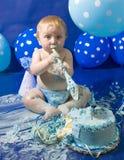 Babys första födelsedagkaka Arkivfoto