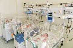 Babys innocents nouveau-nés dormant dans des incubateurs Image libre de droits