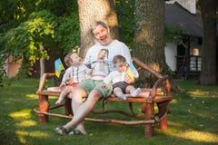 Babys, menos do que uns anos de idade e seu avô Imagem de Stock Royalty Free