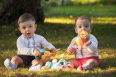 Babys, menos do que uns anos de idade, jogando com brinquedos Imagens de Stock