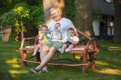 Babys, menos que un año y su abuelo Foto de archivo libre de regalías
