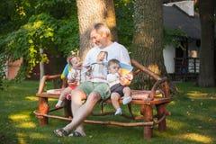Babys, menos que un año y su abuelo Imagen de archivo libre de regalías
