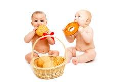Babys met broodjes stock fotografie