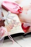Babys photobook och en fotspårminnessak Arkivfoto