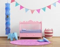 Babys rum för barnkammare för rosa färger med flaggor och filten royaltyfri foto