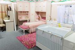 Babys sovrum i pastellfärgade färger Arkivbilder