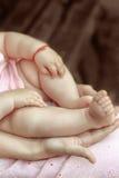 Babys voeten in mammas palmen royalty-vrije stock fotografie