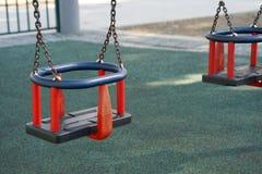 Babyschommeling in het park Stock Foto