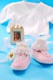 Babyschuhe für Mädchen stockbilder