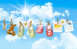 Babyschuhe, Friedensstifter und Teddybär betreffen Wäscheleine Stockfoto