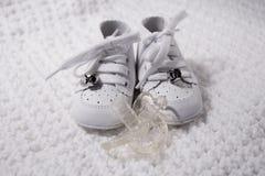 Babyschuhe mit Friedensstifter Lizenzfreie Stockfotos