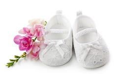 Babyschuhe mit rosafarbenen Blumen Lizenzfreies Stockfoto