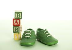 Babyschuhe und Blöcke Stockfotos
