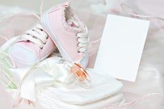 Babyschuhe und Friedensstifter auf Windeln. Foto-Feld Stockbild